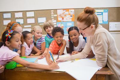 docent in klas voor whiteboard