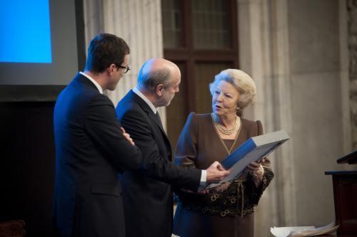Leonard Nolens krijgt de prijs van Koningin Beatrix
