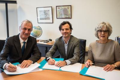 Foto v.l.n.r. Hans Bennis (Taalunie), Tiziano Perez (Nederlands Letterenfonds), Henriëtte Post (Fonds Podiumkunsten). Koen Van Bockstal (VFL) was afwezig wegens ziekte.