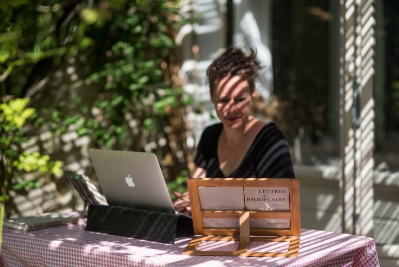 Vertaler Kiki Coumans aan het werk